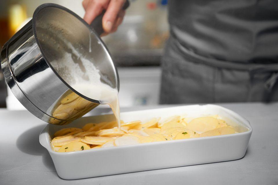 Kartoffelscheiben mit Sahne übergießen
