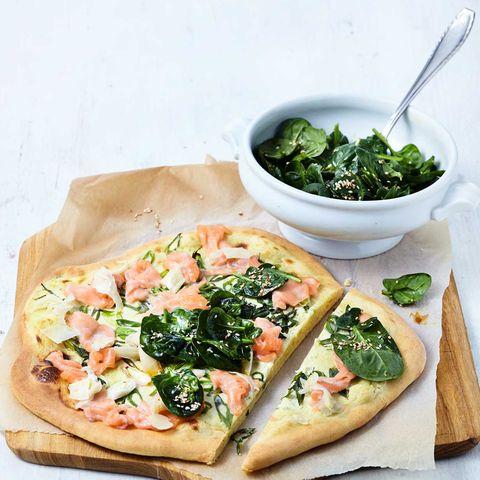"""Pizza """"Sushi Style"""" mit Spinatsalat"""