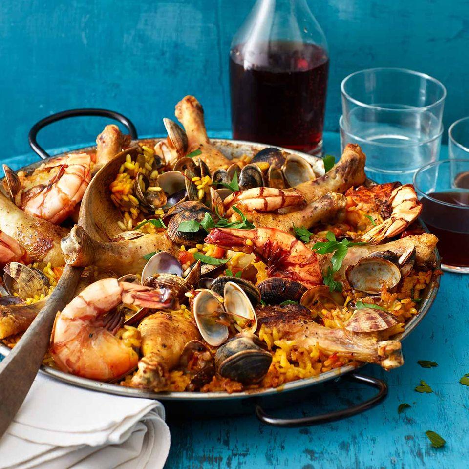 Paella mit Huhn, Muscheln und Garnelen