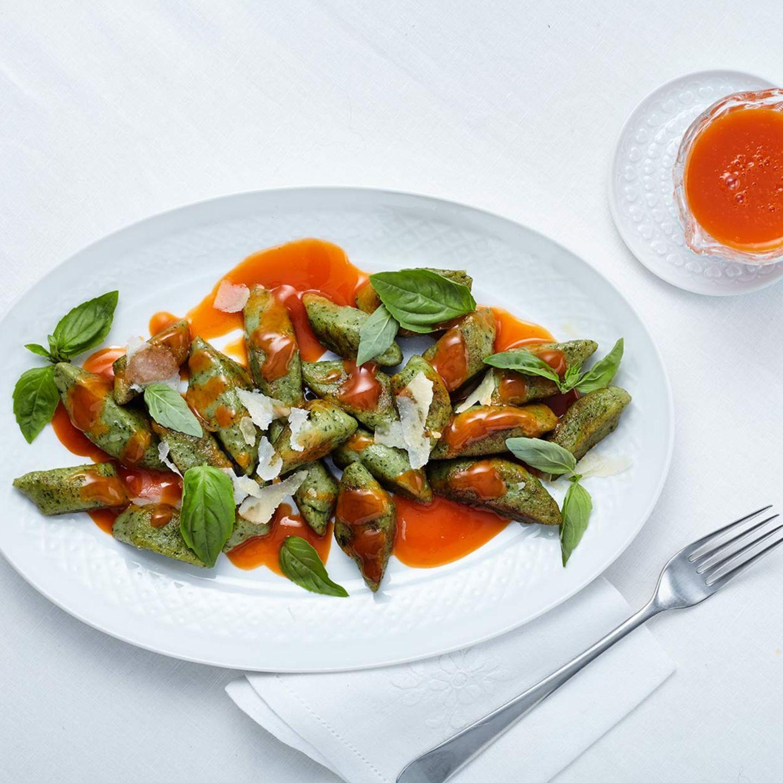 Basilikum-Gnocchi mit Paprika-Reduktion