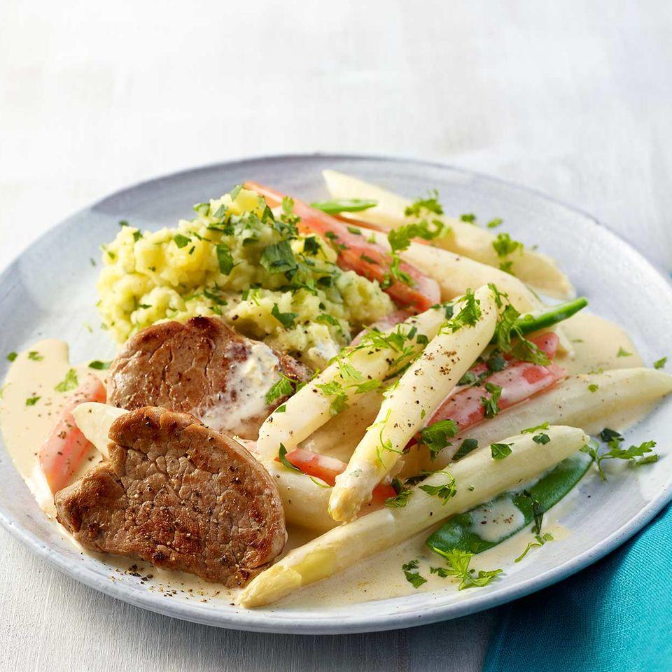 Spargel-Möhren-Gemüse mit Schweinemedaillons und Kräuter-Kartoffelstampf