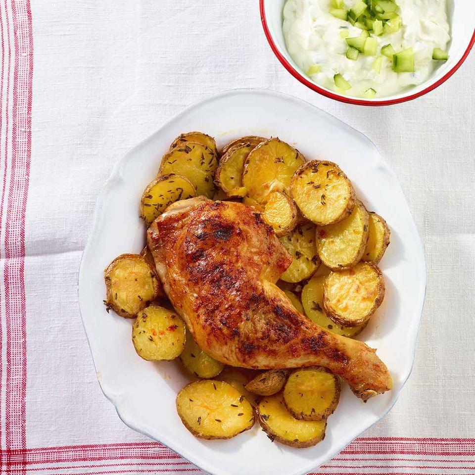Hähnchenkeulen mit Harissa-Kruste und Zaziki-Dip