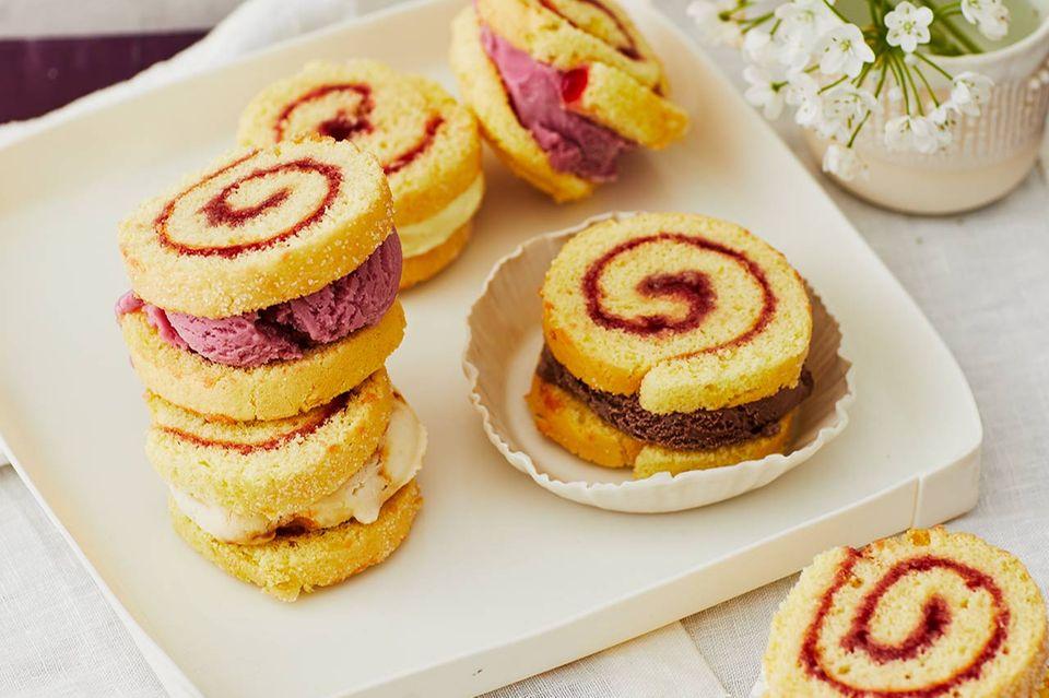 Eis-Sandwiches mit Biskuitrolle