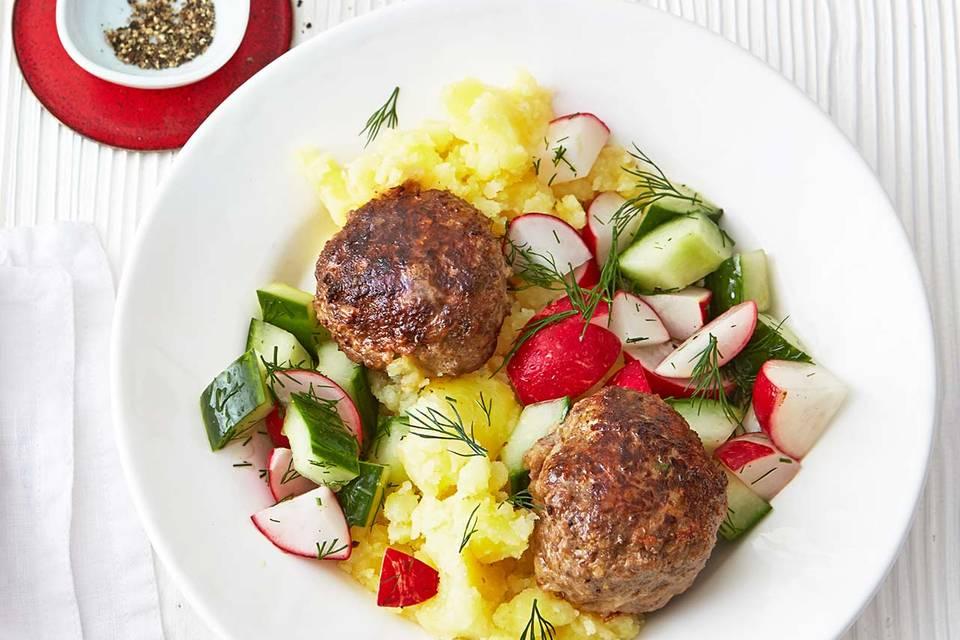 Frikadellen mit Gurken-Radieschen-Salat Rezept