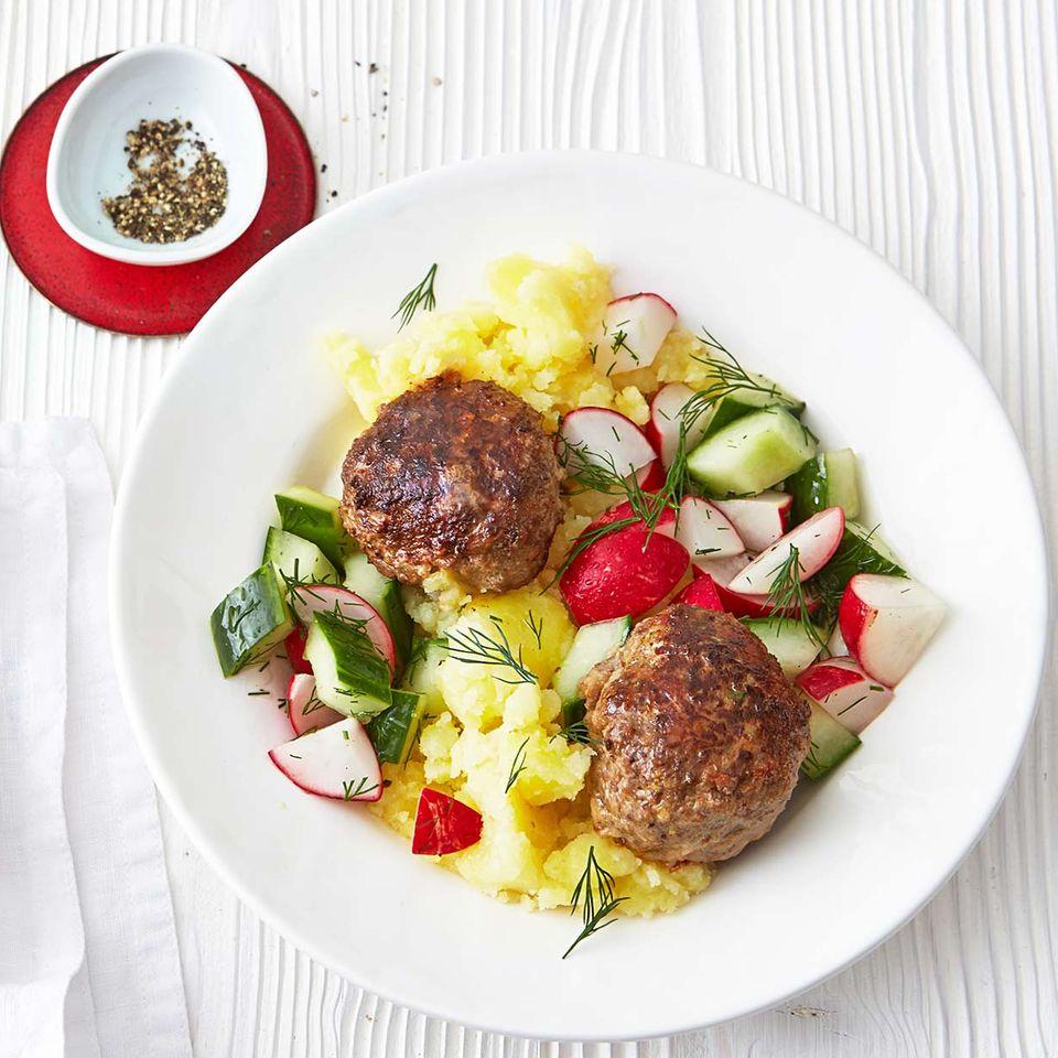 Frikadellen mit Gurken-Radieschen-Salat