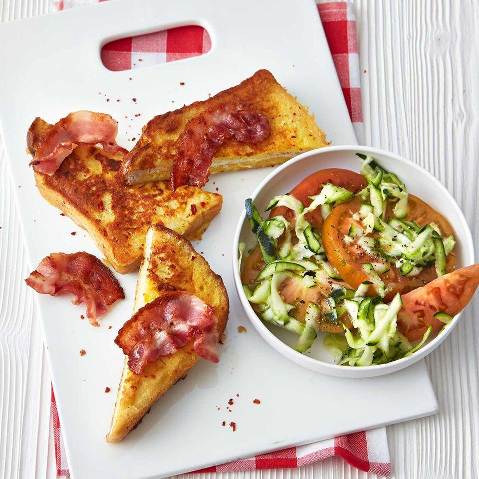 French-Toast mit Zucchini- Tomaten-Salat
