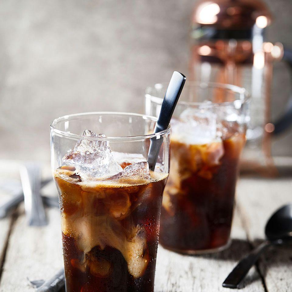 Kaffee Cold Brew Eiskaffee im Glas mit Eiswürfel und Milch