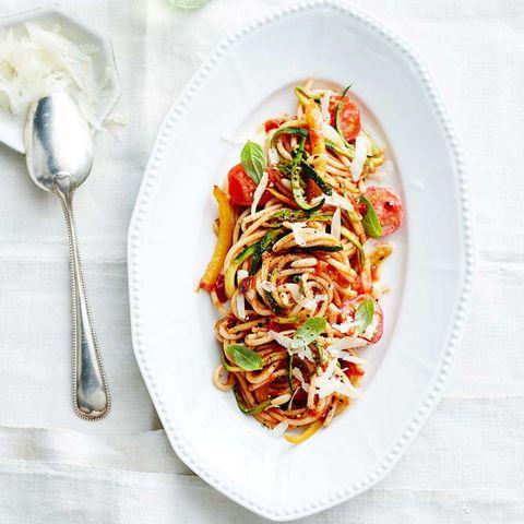 Spaghetti mit Tomaten-Sugo und Zucchini
