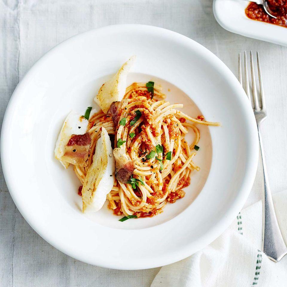 Traghetti mit rotem Mandel-Pesto und Kabeljau