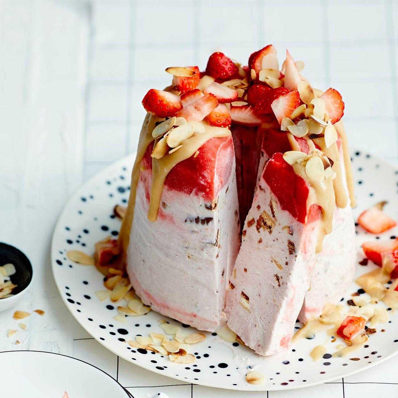 Erdbeer-Parfait aus der Gugelhupfform mit Butterscotch-Sauce