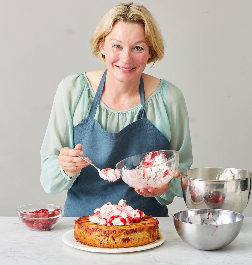 Anne Haupt mit Ihrem Pfirsich-Melba-Kuchen