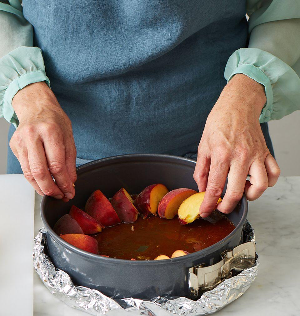 Pfirsichkuchen Melbar-Art Backform mit Pfirsichen auslegen