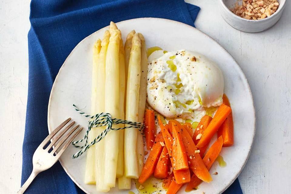 Weißer Spargel mit Möhren und Burrata Rezept