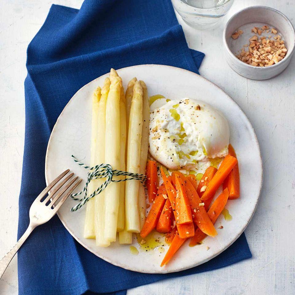 Weißer Spargel mit Möhren und Burrata