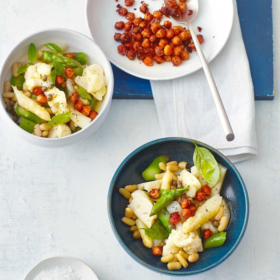Spargel-Blumenkohl-Salat mit gebackenen Kichererbsen