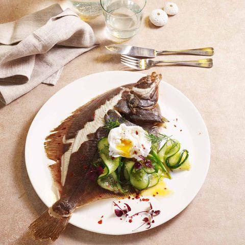Ofen-Scholle mit Gurken-Kimchi und pochiertem Ei