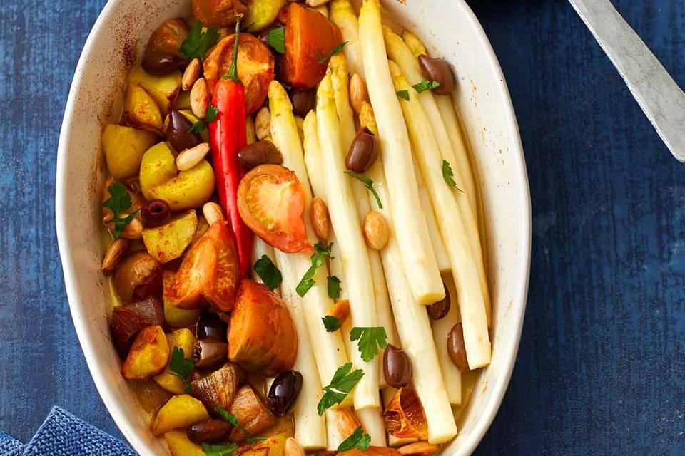 Spanischer Ofen-Spargel mit Kartoffeln und Tomaten Rezept