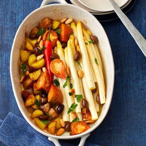 Spanischer Ofen-Spargel mit Kartoffeln und Tomaten