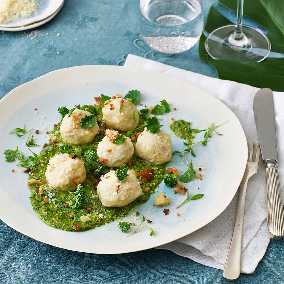 Grüne-Sauce-Kräuter-Pesto mit Ricotta-Gnudi