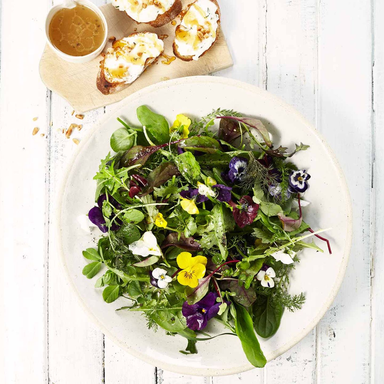 Wildkräutersalat mit Ziegenkäse-Crostini