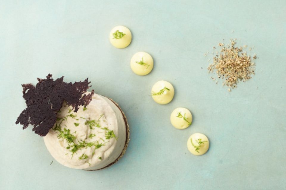 Yuzu-Creme mit Artischocken-Bavaroise und Olivenchips