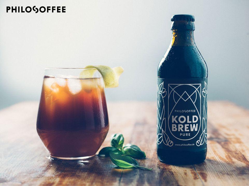 Cold Brew Coffee von Philosoffee in der Flasche und im Glas