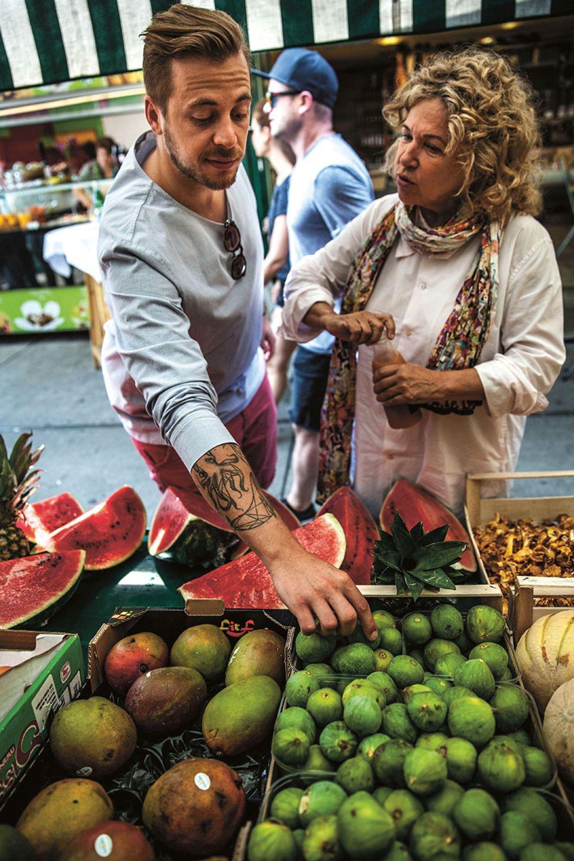 Fabio Haebel und Haya Molcho auf dem Wiener Naschmarkt am Obststand