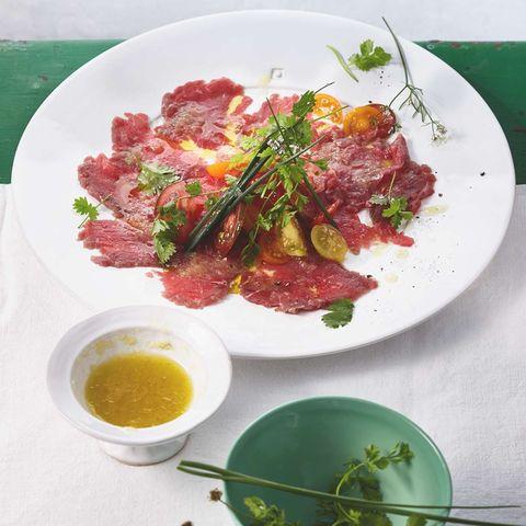 Rinder-Carpaccio mit Kräutern und süßer Ingwer-Vinaigrette