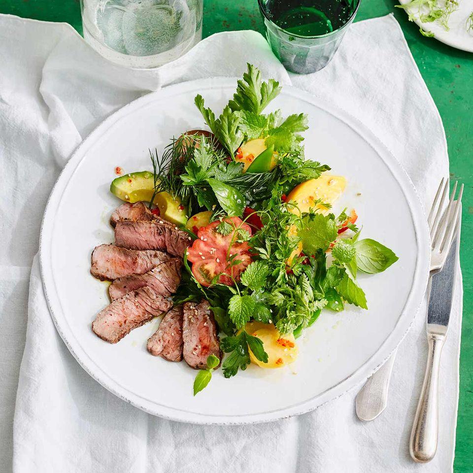 Kartoffel-Kräuter-Salat mit Koriander-Hüftsteak
