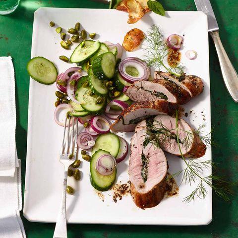Gegrilltes Schweinefilet mit Gurkensalat und Kartoffelchips
