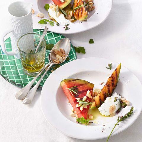 Gegrillte Melone mit Minzquark und Rosmarinöl