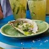 """""""Grilltinierte"""" Austern mit Petersilien-Knoblauch-Öl"""