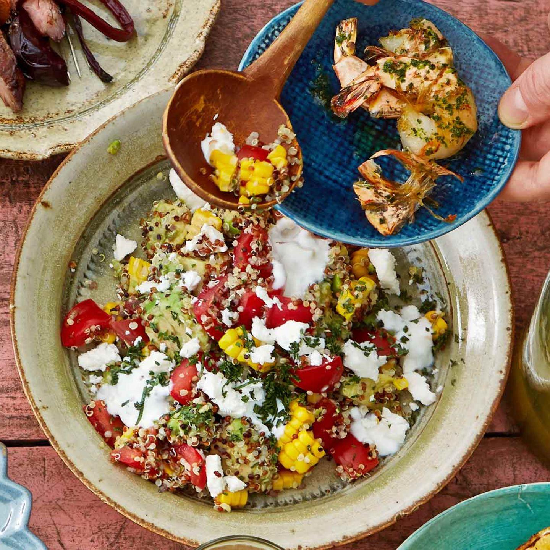 Bunter Quinoa-Salat mit Joghurt und Feta