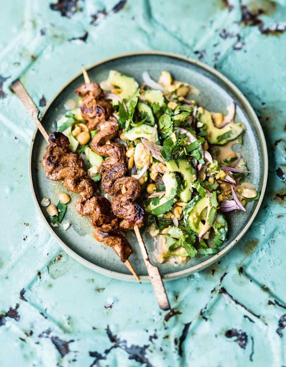 Gurken-Erdnuss-Salat mit Rindfleisch-Spießen