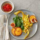 Quark-Blinis mit Zucchini- Salat und Ziegenkäse
