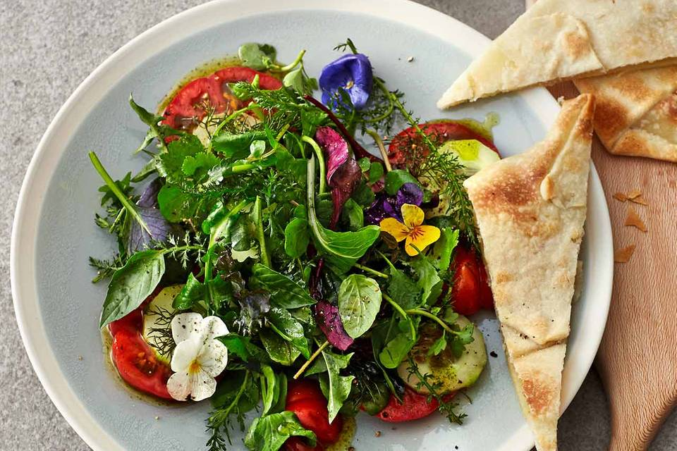 Tomaten-Wildkräuter-Salat mit gefüllten Teigfladen Rezept