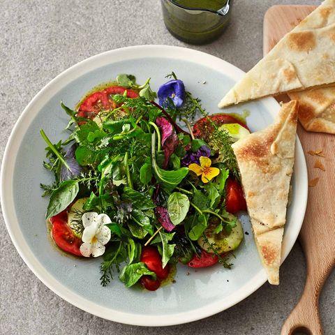 Tomaten-Wildkräuter-Salat mit gefüllten Teigfladen