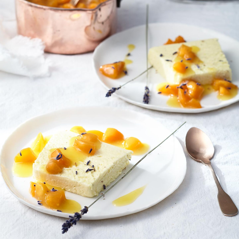 Lavendel-Honig-Parfait mit Aprikosenkompott