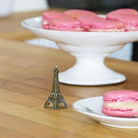 rosa pinke Macarons wie in Frankreich auf einem Teller
