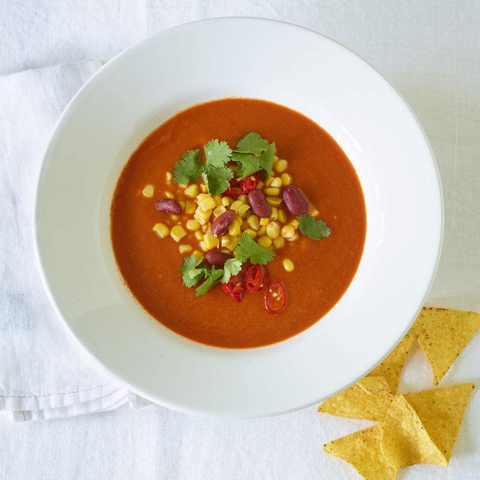 Mexikanische Tomatensuppe mit Mais und Nachos