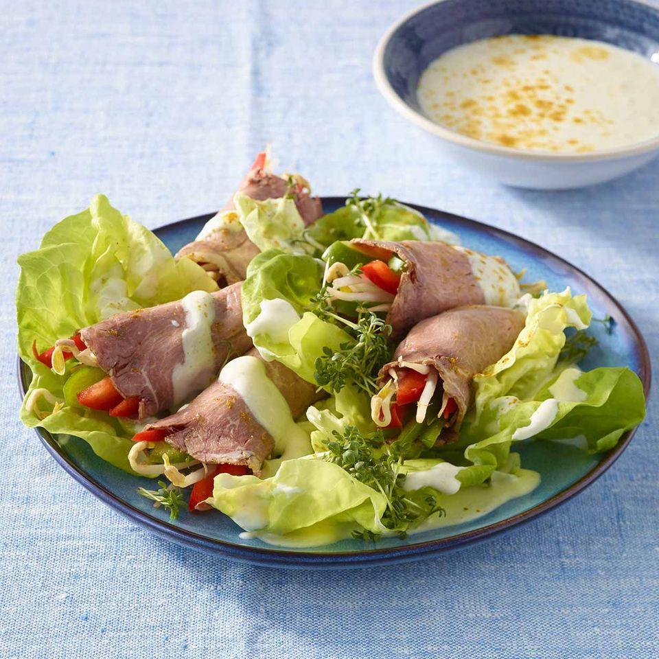 Roastbeef-Röllchen auf Salat