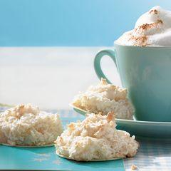 Kokosmakronen neben einer Tasse Cappuccino