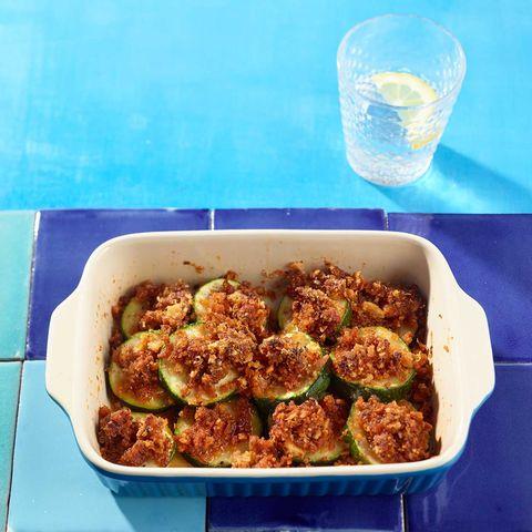 Überbackene Zucchini mit Pesto-Parmesan-Bröseln