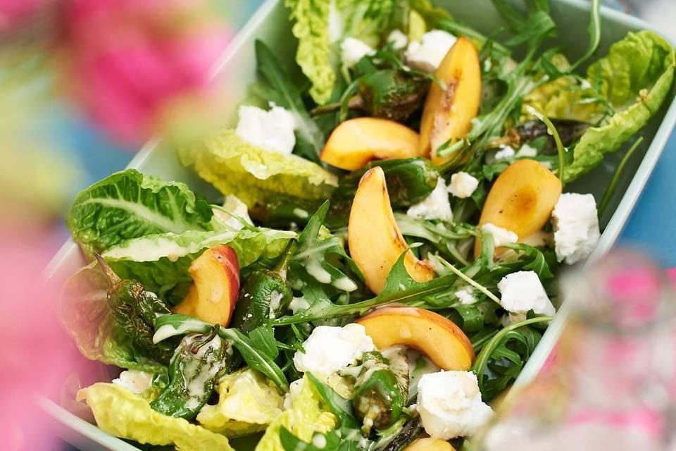 Salat mit Ziegenkäse und Pfirsichen Rezept
