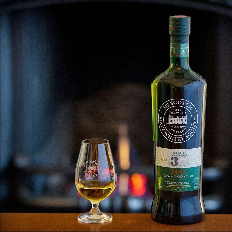 Whiskyflasche von The Scotch Malt Whisky Society und Whisky im Glas