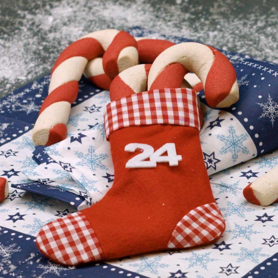 Zuckerstangen-Kekse im Adventskalender Nikolausstiefel