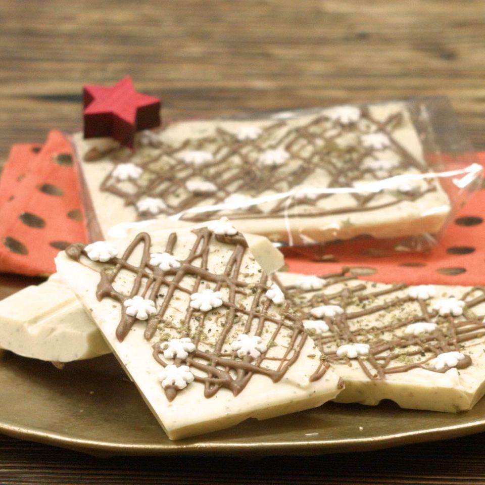 Weiße Chai-Schokolade auf Teller