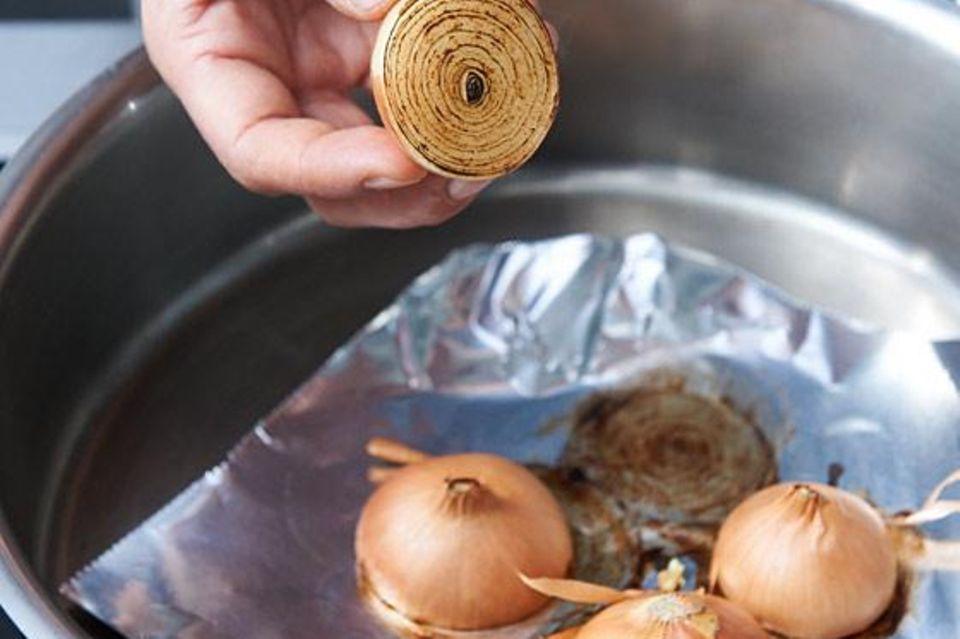 Zwiebeln zum Rösten auf Alufolie legen