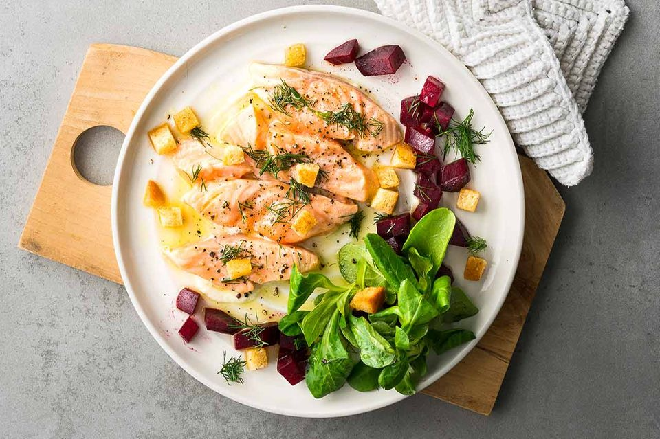Lachs mit Feldsalat und Roter Bete