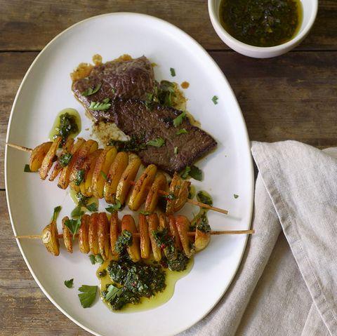 Minutensteaks mit Pfeffer-Salsa-Verde und Kartoffelspießen